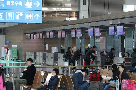 앞으로 미국으로 항공 여행을 떠나는 여행자 전원은 공항 출국장 수속 카운터에서 사전 인터뷰 심사를 받게 된다. 미국 교통보안청 보안 강화 지침이 26일부터 적용됐다. [중앙포토]