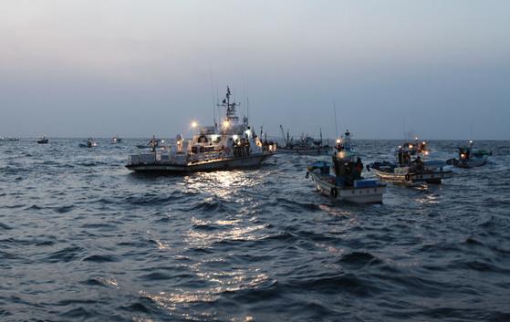2013년 국내 어선들이 동해에서 속초해경 경비함의 보호를 받으며 조업을 하고 있다. [뉴스1]