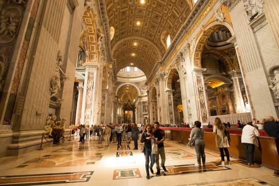 여행 첫날 눈뜨자마자 달려간 바티칸 성베드로 대성당, 트레비 분수와 콜로세움. 세계적인 관광명소답게 수많은 사람들로 발 디딜 틈이 없다. 그런데 우리는 트레비분수에 더 이상 동전을 던지지 않았다. 트레비분수에만 계속 올 수는 없지 않은가? 세상에는 가야할 곳이 너무나 많으므로. [사진 장채일]