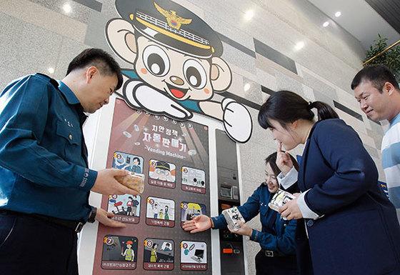 25일 대구 강북경찰서에 설치된 치안정책 자판기에서 한 시민이 정책을 구입하고 있다. [프리랜서 공정식]