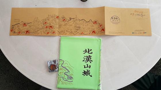 성문마다 본인 인증을 하면 산성 입구 북한산성 방문자센터에서 사은품을 받을 수 있다. [사진 산처럼]