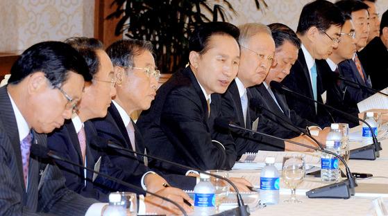 이명박 대통령이 2008년 9월 18일 청와대에서 제2차 민관합동회의에 참석해 인사말 하고 있다. 이날 정부는 제2롯데월드 신축을 정부 역량을 투입해 주요 과제로 추진하겠다고 보고했다. [중앙포토]