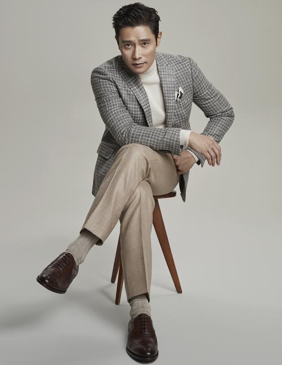 에스.티. 듀퐁 슈즈의 윙팁 슈즈와 울 재킷을 매치한 배우 이병헌. [사진 아레나옴므플러스]
