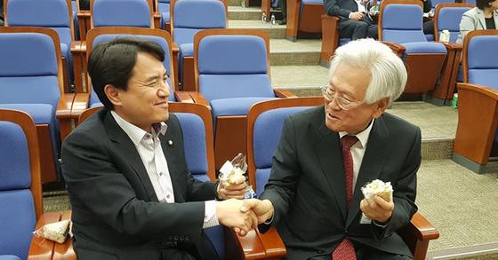 김진태 의원과 고영주 방송문화진흥회 이사장. [김진태 의원 페이스북]