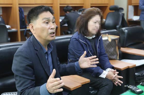 야스쿠니 신사 폭발음 사건으로 일본 도쿄교도송 수감된 한국인 전모씨(29)씨의 어머니(오른쪽)가 26일 오전 전북경찰청 기자실에서 기자회견을 하고 있다. [연합뉴스]