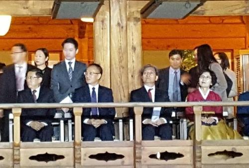 27일 중국 베이징 주중 대사관저에서 열린 '2017년도 대한민국 국경절(개천절) 및 국군의 날 기념 리셉션'에 노영민 주중대사(왼쪽 세번째)와 천샤오둥 중국 외교부 부장조리(왼쪽 두번째)가 나란히 앉아 있다. [베이징=연합뉴스]