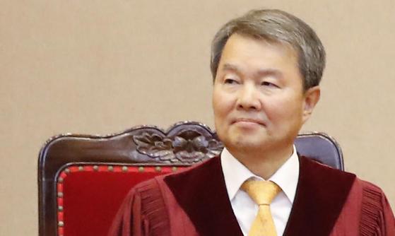 이진성 헌법재판관이 27일 오후 헌법재판소장 후보자로 지명됐다. 사진은 전날인 26일 열린 위헌법률심판사건과 헌법소원심판사건에 대한 선고를 위해 착석한 모습. [연합뉴스]