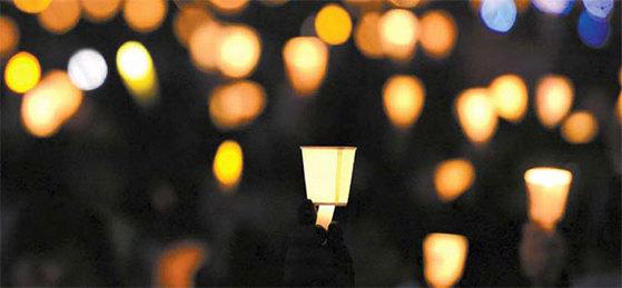 지난해 10월 29일부터 올해 4월 29일까지 매주 주말에 광장을 밝혔던 촛불. [중앙포토]