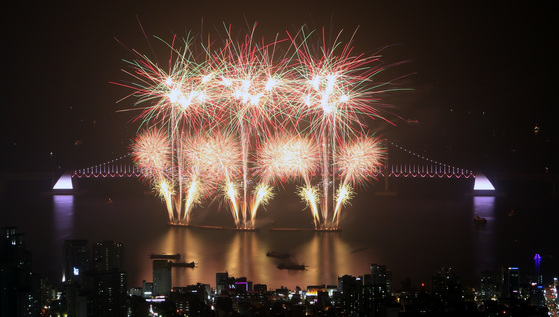 지난해 아름다운 부산 광안대교를 배경으로 광안리해수욕장 앞바다에서 펼쳐진 부산 불꽃 축제. 올해 축제는 28일 오후 개최된다. [송봉근 기자]