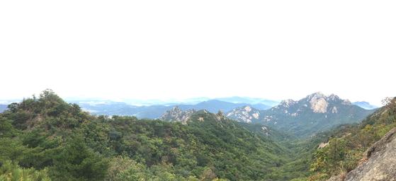 남장대터에서 바라본 북한산 백운대. [사진 하만윤]