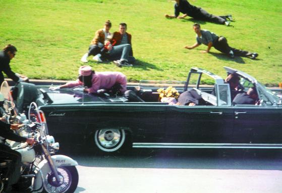 존 F 케네디 전 대통령이 암살당하던 장면.