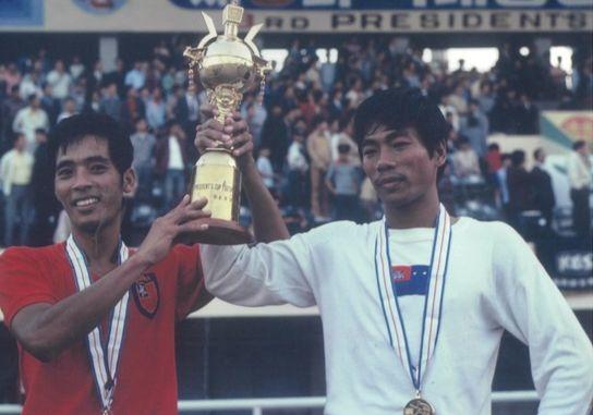 1973년 박스컵에서 공동우승한 뒤 트로피를 든 미얀마(왼쪽)와 캄보디아 선수. [사진 제공 이재형씨]