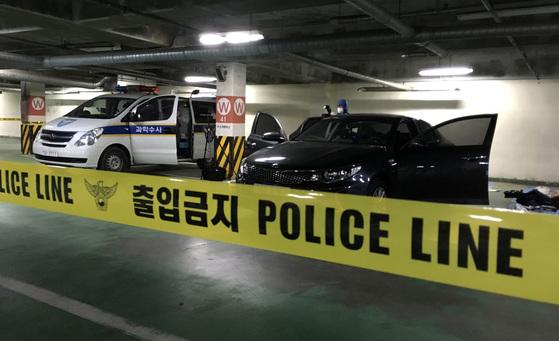 경기 용인동부경찰서는 26일 오후 4시 5분께 강원도 횡성군 둔내면 소재 콘도 주차장에 주차된 K5 차량 트렁크에서 용의자 김모씨(33)의 의붓아버지 C(57)씨의 시신을 발견하고 조사하고 있다. [연합뉴스]