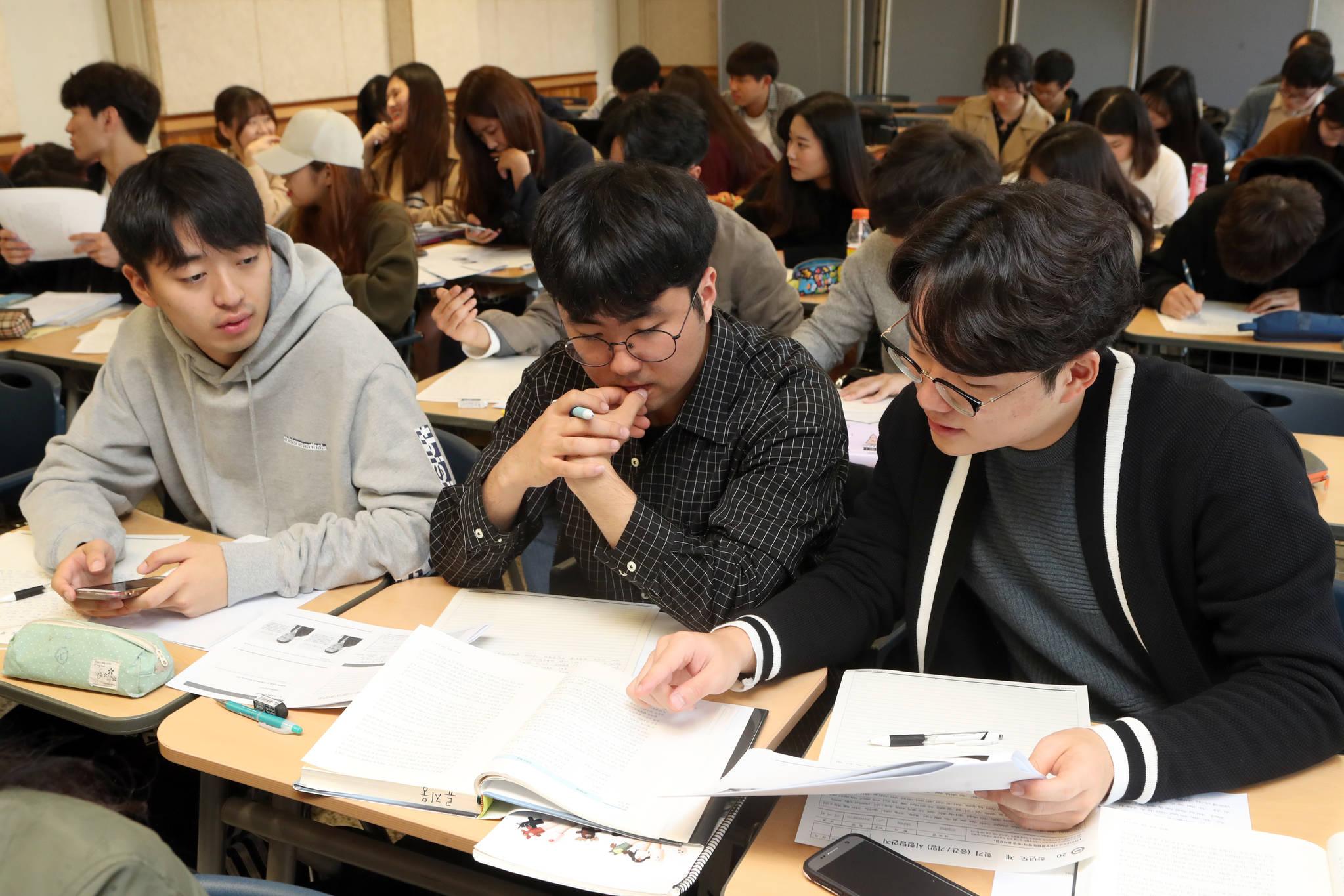 지난 17일 경기도 안산시 한양대(ERICA) 경영학부 학생들이 전상길 교수의 '조직행동론 ' 시험 도중 토론하고 있다. 최정동 기자