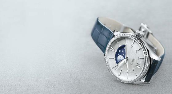 화려하고 로맨틱한 디자인의 '아뜰리에 그란데룬'은 혁신적이고 파격적인 디자인 을 적용한 오리스의 첫 번째 여성용 명품시계라는 데 의미가 있다. [사진 오리스]