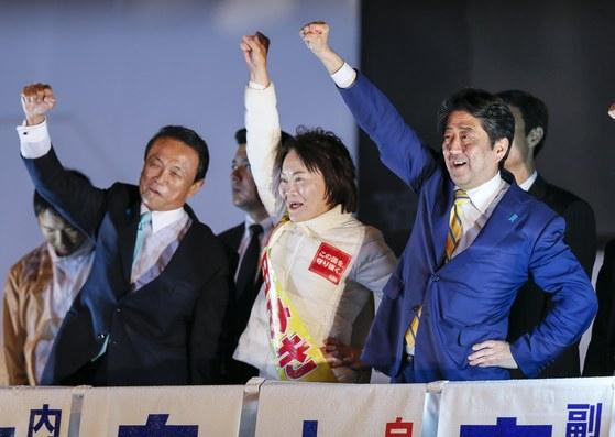 아소 다로(왼쪽) 일본 부총리 겸 재무상과 아베 신조(오른쪽) 총리가 중의원선거 유세 마지막날인 지난 21일 도쿄 아키하바라역 앞에서 자민당 지역구 후보와 함께 지지를 호소하고 있다. [도쿄 EPA=연합뉴스]