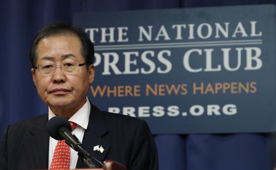 자유한국당 홍준표 대표가 26일 오후(현지시간) 미국 워싱턴 DC 내셔널 프레스클럽에서 열린 기자회견에서 질문받고 있다. [연합뉴스]