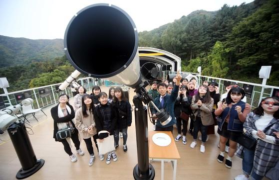 지난 18일 별새꽃돌 과학관을 찾은 충주 예성여고 학생들이 태양관측 전용 망원경에 대해 설명을 듣고 있다. [프리랜서 김성태]