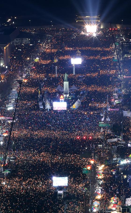 지난해 12월 3일 6차 촛불집회에 참가한 시민들이 촛불을 들고 거대한 파도를 연출하는 모습. [연합뉴스]