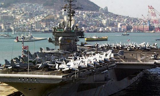 2005년 부산항에 입항한 키티호크함. [중앙포토]