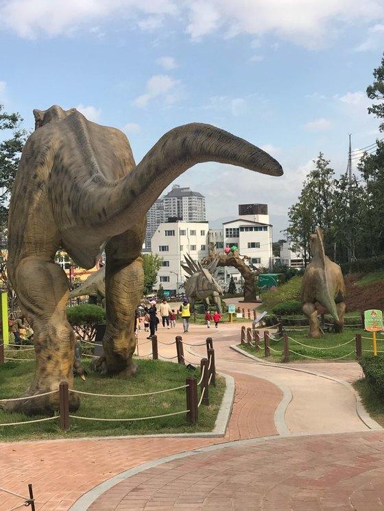 대구 고산골 공룡공원에 있는 공룡 모형들. 눈을 깜빡이고 긴 꼬리도 스스로 움직인다. [김윤호 기자]