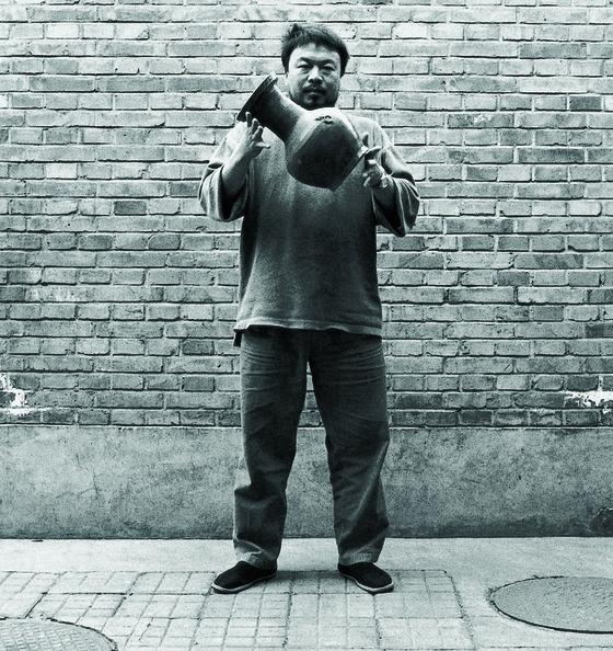 아이웨이웨이, 한나라 도자기 떨어뜨리기, 1995, 젤라틴 실버 프린트, 각 148×121㎝. [사진 국립현대미술관]