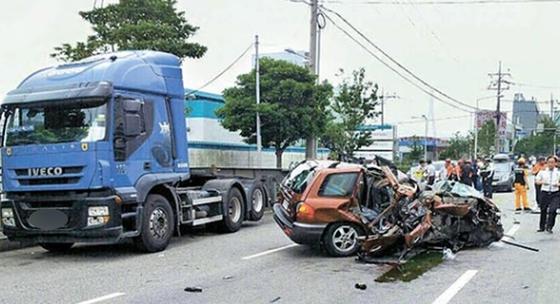지난해 부산시 감만동 신선대부두 방향 네거리에서 싼타페 차량이 길가에 세워진 트레일러를 들이받았다. 이 사고로 일가족 5명 중 4명이 숨졌다. [중앙포토]