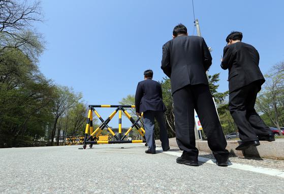 2013년 4월 30일 검찰의 국정원 압수수색 당시 모습. 서울 내곡동 국가정보원 입구에서 국정원 요원들이 기자들의 접근을 막기 위해 서 있다. [중앙포토]