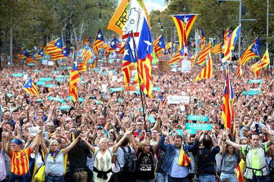 지난 21일 스페인이 카탈루냐 자치권 박탈을 위한 헌법 155조를 발동한다고 밝힌 데 항의하며 바르셀로나에선 독립활동가들의 구속에 항의하는 시위가 열렸다.  [EPA=연합뉴스]