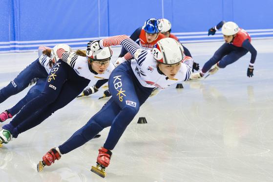 한국 쇼트트랙 여자 국가대표팀이 14일 오전 '국제빙상연맹(ISU) 쇼트트랙월드컵 4차 대회'가 열릴 강릉 아이스아레나에서 훈련을 하고 있다.