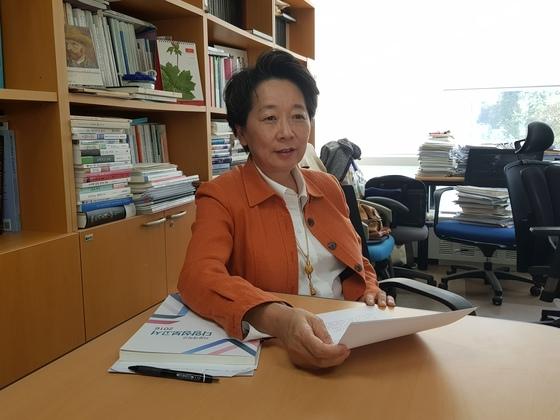 노정혜 서울대 다양성위원장이 15일 서울대 연구실에서 인터뷰를 하고 있다. 송우영 기자