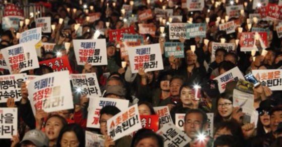 지난해 10월 29일 시작된 촛불집회 1주년을 기념하기 위해 서울 광화문에 퇴진행동 기록위원회의 촛불 1주년 대회가 열렸다. [사진 연합뉴스]