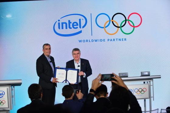 브라이언 크르자니크(왼쪽) 인텔 최고경영자(CEO)와 토마스 바흐 IOC 위원장이 21일(현지시간) 뉴욕에서 함께 서명한 협약서를 들어보이고 있다. [사진 인텔]