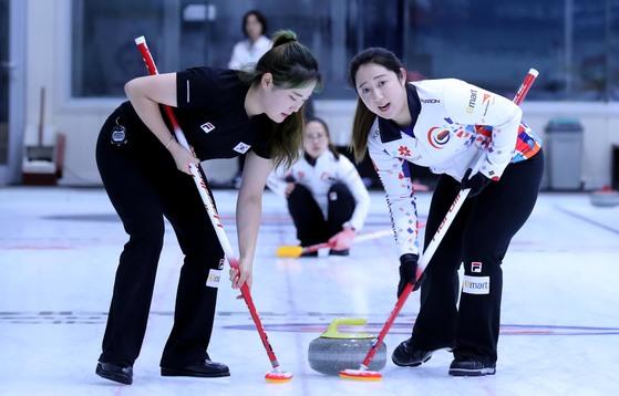 여자대표팀의 김영미(오론쪽)와 김초희가 지난 8월22일 경북 의성컬링장에서 브룸으로 스위핑을 하고 있다. 의성=최승식 기자