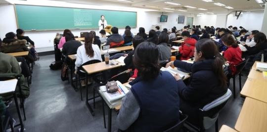 서울시 노량진동에 위치한 공무원 시험 단기 학교(공단기)에서 수험생들이 강의실을 빼곡히 메운체로 응시준비에 여념이 없다. [중앙포토]