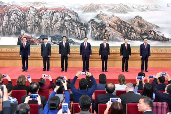 시진핑 집권 2기를 이끌 중국 공산당 정치국 상무위원 7명이 25일 베이징 인민대회당에서 열린 기자회견에 참석했다. 시진핑 국가주석(가운데)과 리커창 국무원 총리(오른쪽 셋째)가 유임됐고 나머지 5명은 새로 선출됐다. 왼쪽부터 한정 상하이시 당서기, 왕후닝 중앙서기처 서기, 리잔수 중앙판공청 주임, 시 주석, 리 총리, 왕양 국무원 부총리, 자오러지 중앙기율검사위원회 서기.[신화사=연합뉴스]