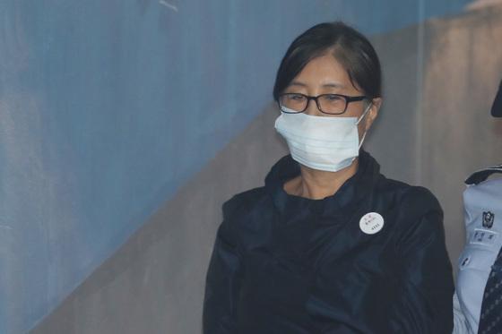 최순실씨가 서울중앙지법에서 열린 공판에 출석하기 위해 호송차에서 내려 법정으로 향하고 있다. 김경록 기자