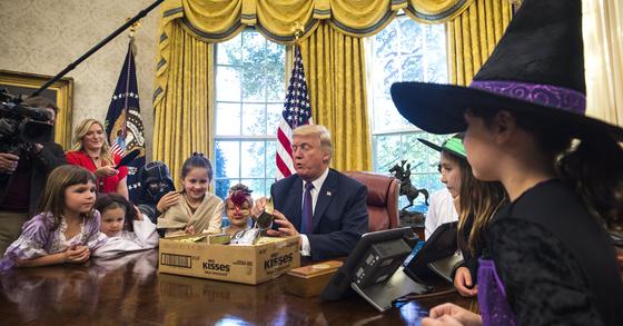 백악관 오벌오피스에서 백악관 출입 기자 자녀들에게 사탕을 나눠주고 있는 도널드 트럼프 대통령. [EPA=연합뉴스]