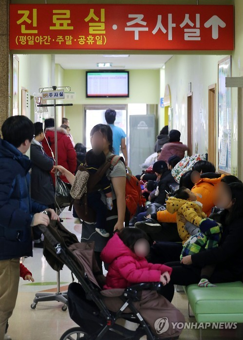 서울 용산구 소아아동병원 진료실 앞에서 진료를 기다리는 어린이 환자와 보호자들.