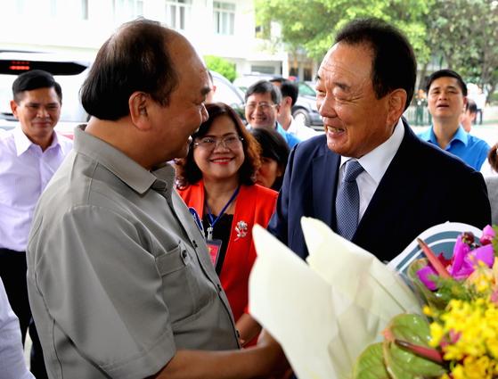 박연차 태광실업그룹 회장(오른쪽)이 베트남 현지공장인 '태광비나'를 방문한 응웬 쑤언 푹 베트남 총리를 영접하며 인사를 나누고 있다. [사진 태광실업]