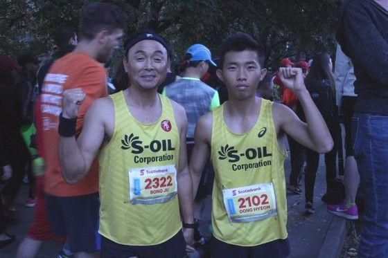 지난 22일 캐나다 토론토에서 열린 워터프로트마라톤대회에 지적장애인 김동현(오른쪽)씨의 동반주자로 함께 출전한 이봉주 단장. [사진 한국장애인재활협회]
