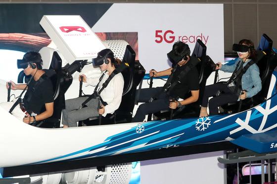 지난 달 17일 서울 마포구 누리꿈스퀘어일대에서 열린 'KOREA VR FESTIVAL2017'행사장을 찾은 관람객들이 VR체험을 하고 있다.