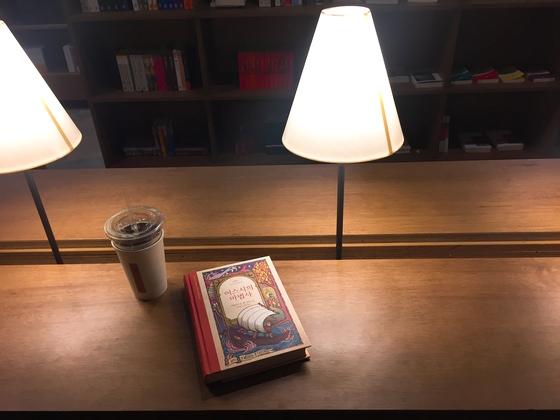 안전가옥의 라이브러리 내부. 조명이 설치된 긴 테이블에 커피 한 잔과 함께 판타지 소설 한 권을 골라 앉았다. 누구의 방해도 받지 않고 조용하게 책을 읽을 수 있는, 이름 그대로 안전가옥에 있다는 느낌을 받을 수 있었다. 윤경희 기자.