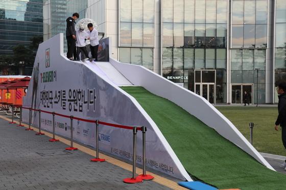 서울 잠실 롯데월드타워 아레나광장에 마련된 미니 스키점프대. [사진 대한스키협회]