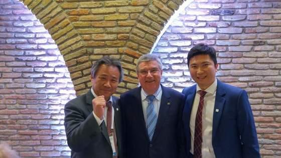 평창올림픽 성화 점화 행사에서 토마스 바흐(가운데) IOC 위원장과 만난 유승민 IOC 위원(오른쪽). 왼쪽은 이기흥 대한체육회장.