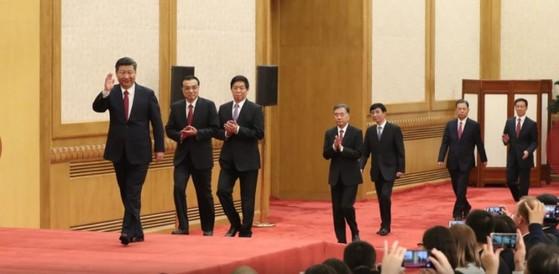 중국 공산당 정치국 상무위원 7명이 기자회견장으로 들어오고 있다 [사진 신화망]