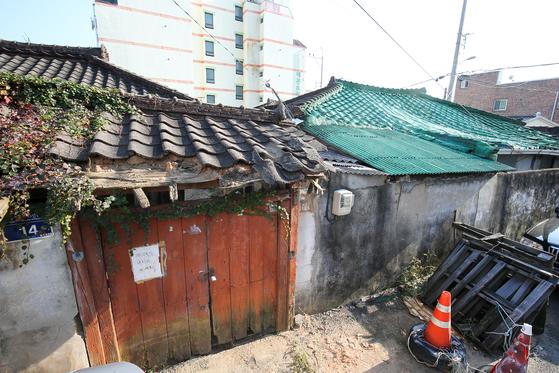 광주의 대표적인 구도심인 동구 일대에는 낡고 오래된 주택가들이 많다. 집주인이 이사를 간 뒤 지붕이 내려앉거나 벽이 무너진 채 방치된 동구 계림동 일대 주택들. 프리랜서 장정필