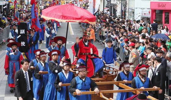 '조선통신사 행렬 재현행사'가 지난해 5월 7일 부산시 광복로 일대에서 열렸다. 조선통신사는 조선에서 일본에 파견한 공식 외교 사절단으로 1607년(선조 40년)~1811년(순조 11년)까지 약 200년에 걸쳐 총 12차례 일본을 방문했다. 부산문화재단은 일본 조선통신사연지연락협의회와 공동으로 지난해 3월 30일 조선통신사 관련 기록물(111건 333점)에 대한 유네스코 세계기록유산 등재를 신청했다.