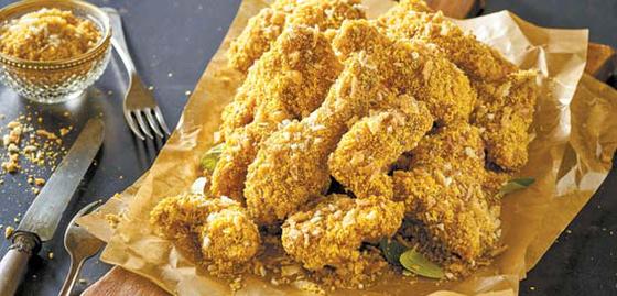 써프라이드 치킨은 프라이드치킨에 자포네 소스와 황금빛 플레이크를 곁들였다.