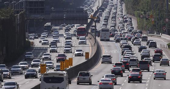 아침부터 시작된 귀성·귀경 차량 행렬   (서울=연합뉴스) 김도훈 기자 = 민족 최대 명절 추석 당일인 4일 오전 서울 경부고속도로 잠원IC 인근에서 바라본 고속도로 위로 이른 귀경 차량들과 귀성 및 휴가 차량들이 지나고 있다.   한국도로공사는 이날 전체 고속도로 교통량은 이번 연휴 중 가장 많은 수치이자 역대 일일 교통량 최다 신기록인 586만대로 예측했다.   이는 지난해 추석 당일 기록인 535만대보다 약 10% 많고 평소 주말 평균인 450만대보다 약 30% 많은 수치다.2017.10.4   superdoo82@yna.co.kr (끝) <저작권자(c) 연합뉴스, 무단 전재-재배포 금지>